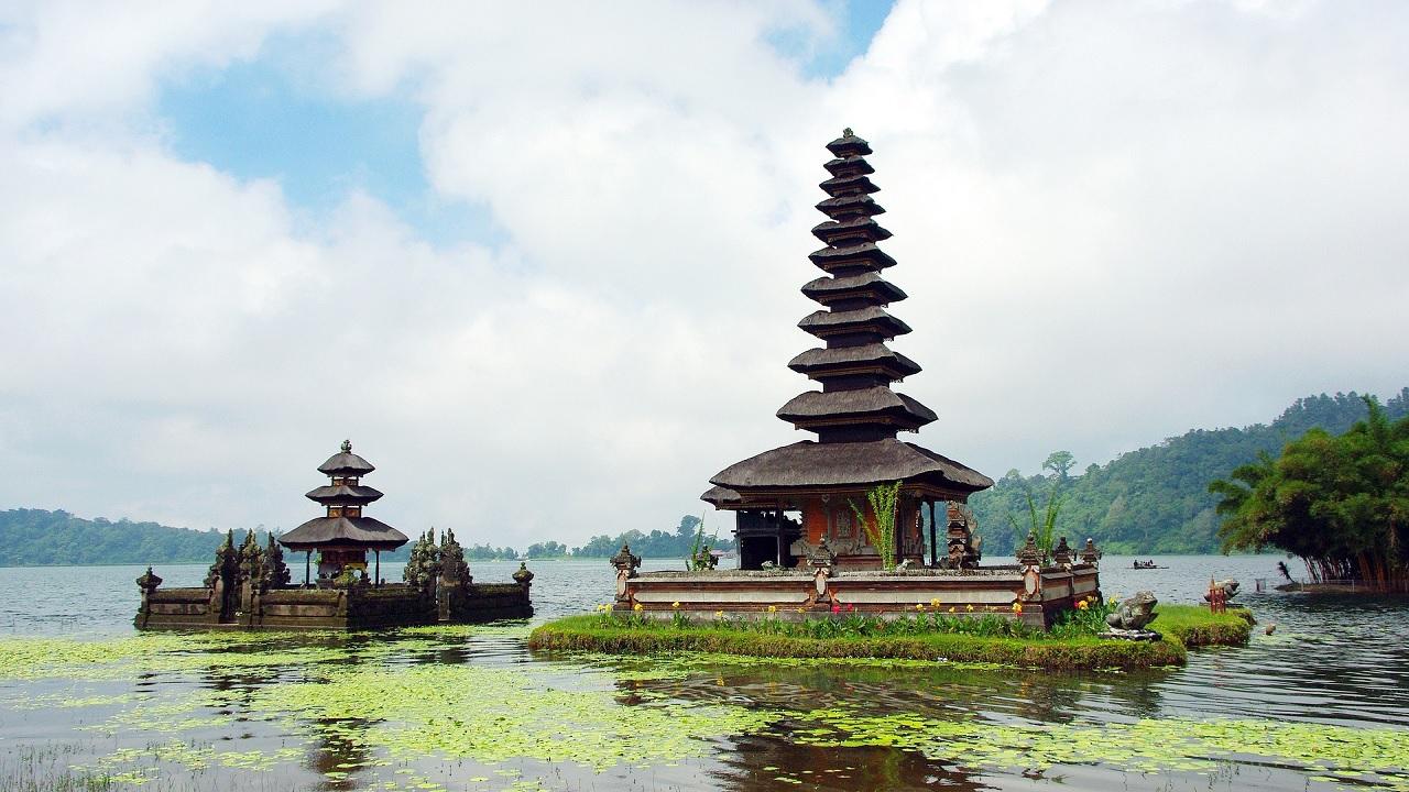 Świątynia na jeziorze Danu Bratan